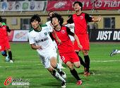 图文:[中超]南昌1-0杭州 拼抢激烈