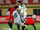 图文:[中超]南昌1-0杭州 头球攻门