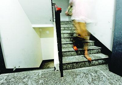 南京57层高楼漏水电梯停摆 居民无奈爬楼