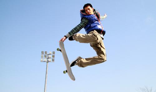 《高手如林》邱泽化身滑板男孩 上演高难度动作