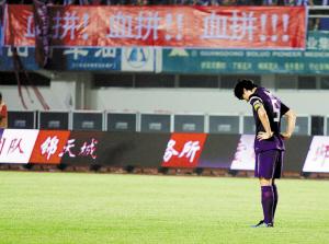 李玮锋进球后向深圳队教练席鞠躬。