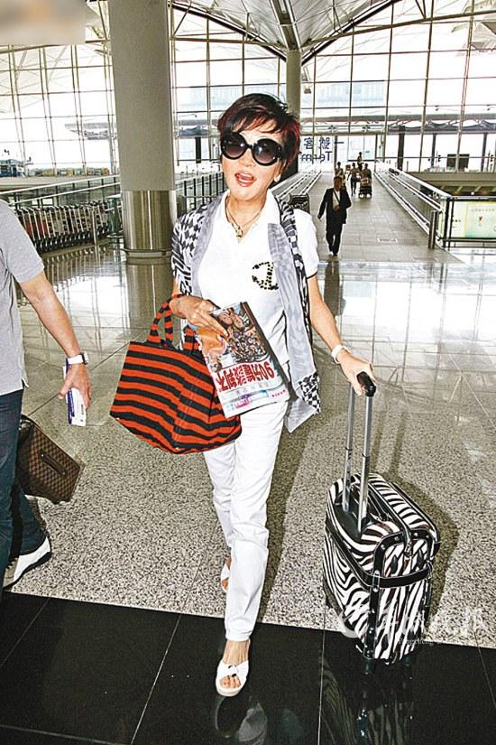狄波拉现身香港机场准备飞赴新加坡