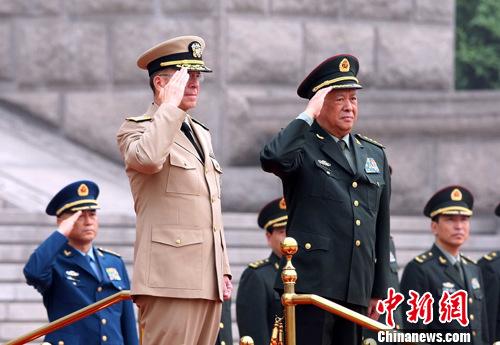 7月11日上午,中国人民解放军总参谋长陈炳德上将在北京为前来访问的美军参联会主席海军上将马伦举行欢迎仪式,并陪同检阅中国人民解放军三军仪仗队。中新社发 宋吉河 摄