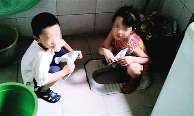 名学生正在上厕所 手里的报纸就是用来代替卫生纸的