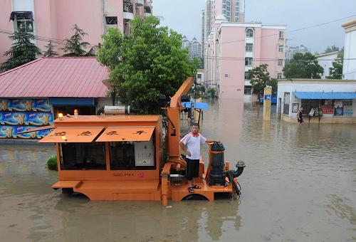 7月11日,合肥市政人员在翠微路紧急排水。