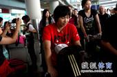 图文:中国女排回京受追捧 张娴走出候机厅