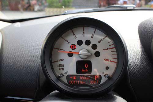 正对驾驶席的是转速表