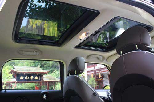 双天窗使得车内很通透