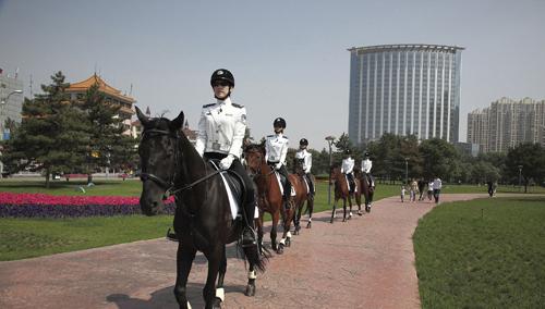 内蒙古首支女子骑警队亮相草原钢城组图