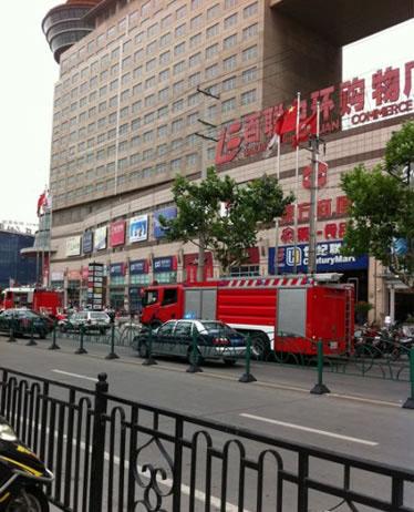 消防车停在中环百联门口。(图片来源网络)