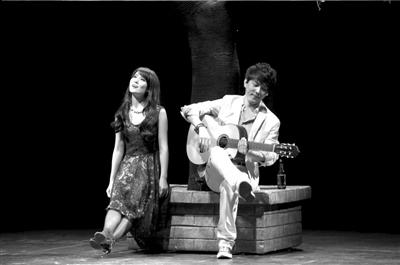 图为剧中人物张弗罗(左)在大院内聆听堂弟陈小北弹奏吉他,排解苦闷。