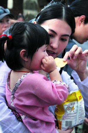 张柏芝在《河东狮吼2》片场哄演对手戏的小演员,尽显母性