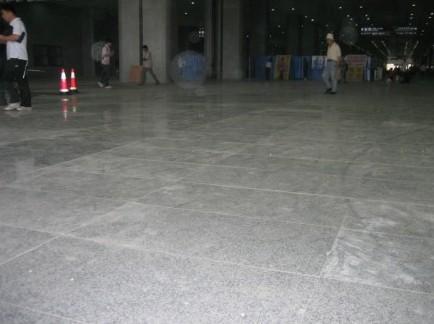 图为高铁南京南站部分地砖敲碎后重新铺设竣工。朱荣康 摄
