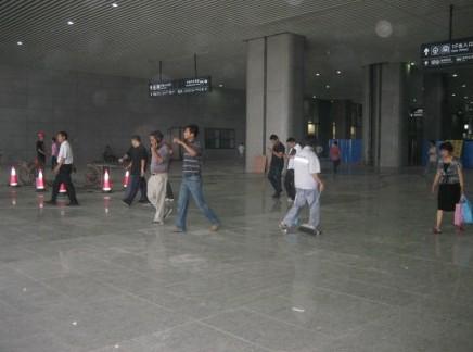 图为高铁南京南站重新铺设地砖后的出入口。朱荣康 摄