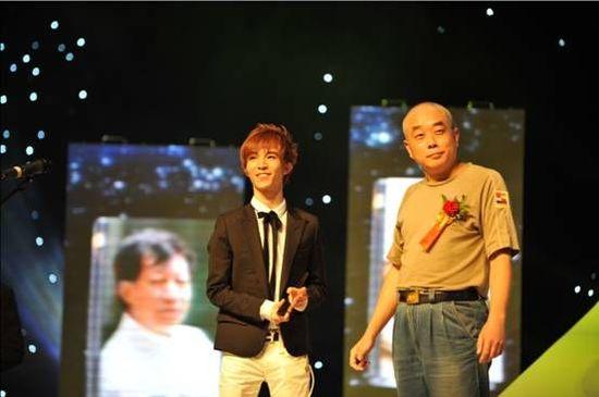 图片说明:郭敬明于2009南方阅读盛典上获得年度最受读者关注作家与最受读者关注图书两项大奖。