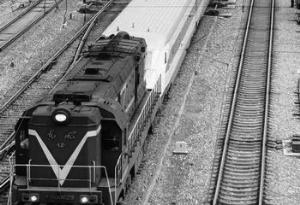 成渝先锋号动车组因故障被牵引进站。