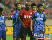 图文:[中超]上海1-1辽宁 戴琳严防奥托