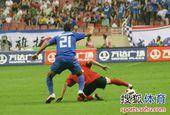 图文:[中超]上海1-1辽宁 拼抢激烈