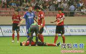 图文:[中超]上海1-1辽宁 辽宁队员受伤