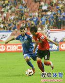 图文:[中超]上海1-1辽宁 金泰延和卡斯特多一对一