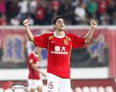 图文:[中超]广州5-0南昌 孔卡握拳庆祝
