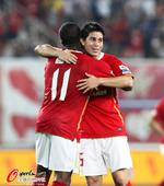 图文:[中超]广州5-0南昌 孔卡拥抱穆里奇