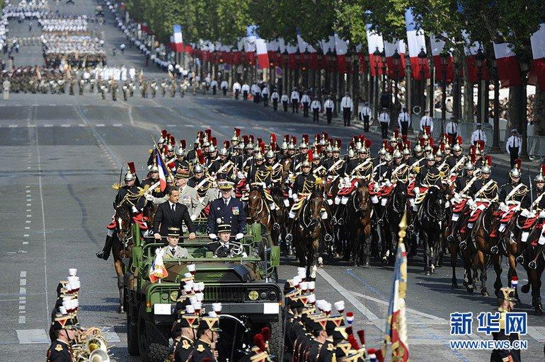法国阅兵2015_高清:法国举行盛大阅兵式庆祝国庆(组图)