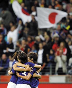 日本女足庆祝晋级世界杯决赛 新华社 图