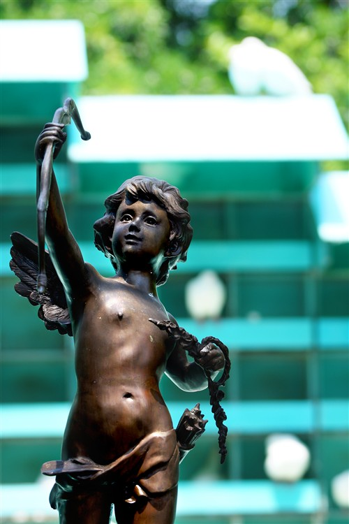 进门的鸽园边上有一尊丘比特塑像,当一束阳光照射在它身上时,后面有一对鸽子正在卿卿我我,动物也如此浪漫!