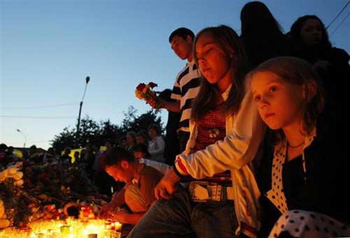 民众献花悼念死难者资料图片