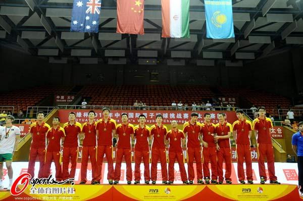中国队站在领奖台上