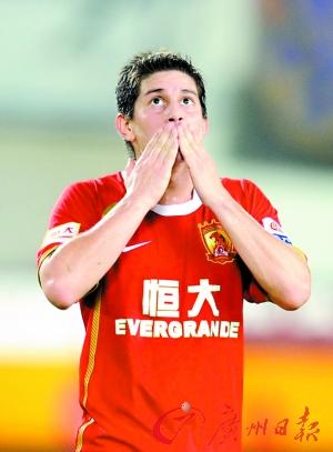 孔卡可以帮助提升中国足球在世界上的形象。(新华社记者 刘大伟 摄)