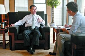 王健林接受本报记者的采访,他不愿被人称为是中国足球复兴的铺路人,而愿意被人称为社会企业家。本报记者 吴江 摄