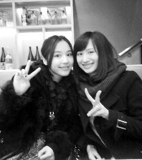 马景涛的老婆(左)和女儿(右)相处融洽