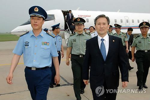 金宽镇(右)参观中国空军沧州飞行试验训练基地。(韩联社)