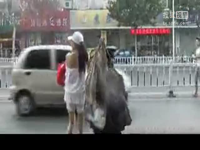 视频:网传流浪汉与美女亲热视频