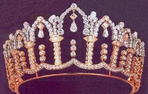 镶满宝石的后冠