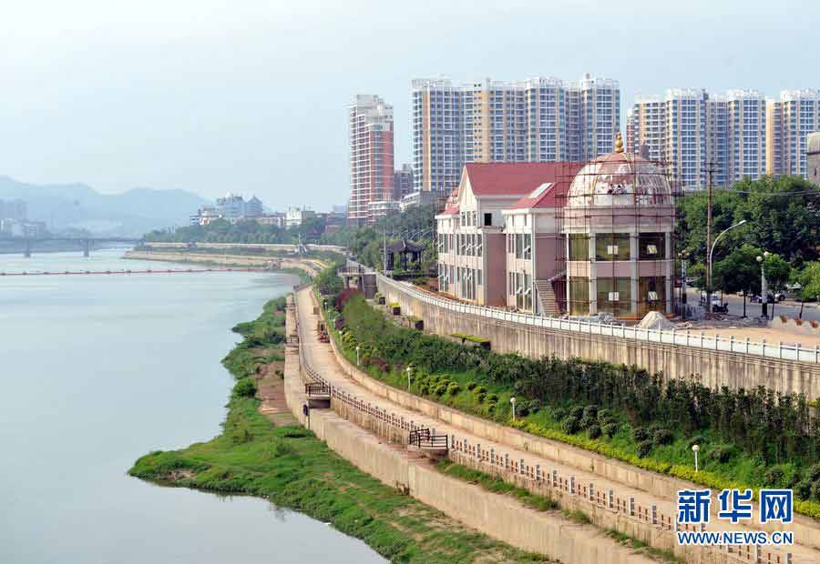 景德镇昌江城市风景线,河畔的欧式洋房是水务局新建成的工作用房