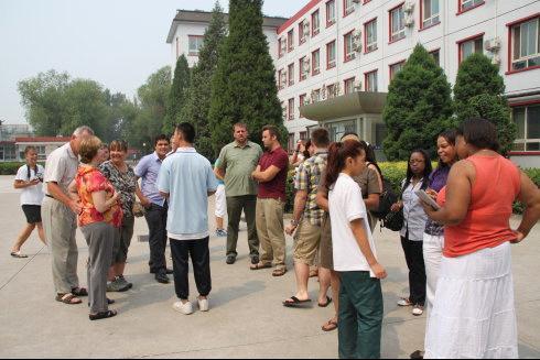 中关村团z团_美国大学访问团在中关村外国语学校参观访问(组图)
