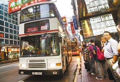 九巴称692线与港铁线重迭,载客率只有18%却不能重组。香港文汇报记者潘政祁 摄