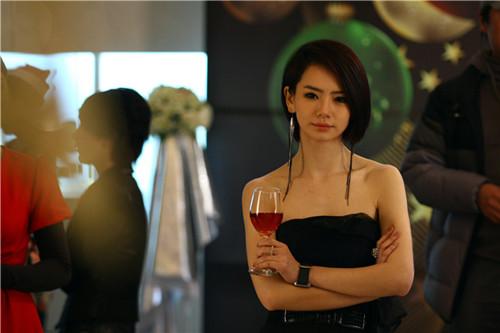 戚薇在《高手如林》中饰演公关总监叶柔