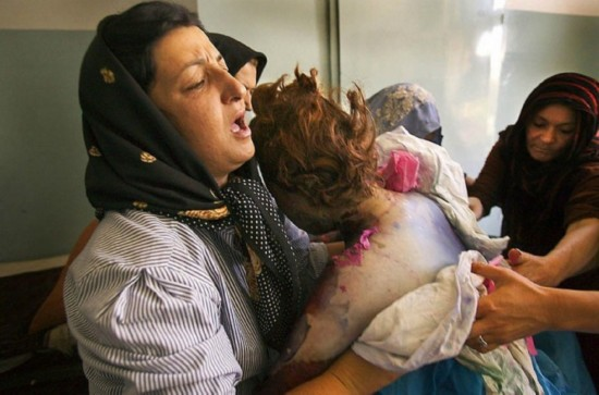 Kairkohwa 帮助她的姐姐 Fatonah Kairkhowa 清洗身体。Fatonah