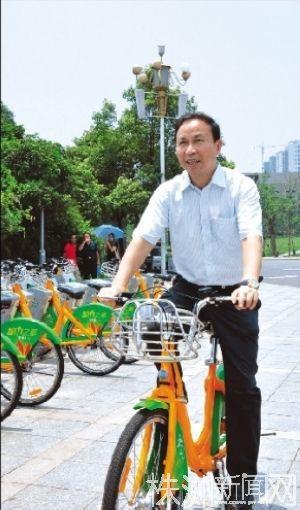 2011年6月21日,株洲市委书记陈君文试骑公共自行车。红网供图