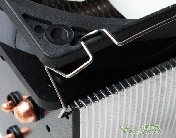 对比两款散热器,从包装风格设计上,到产品的设计上,两款产品都非常的相似,如同兄弟一般,两款散热器结构也几乎一样,同为五根纯铜热管设计,加上做工非常精细的散热片,两款散热器都应用了HDT技术,进一步增加热管的吸热能力,而不同之处在于,两款散热器的热管颜色不同,EVGA的热管是黑色的,并且热管之间的间隙也更大一些。另外,就是风扇上的区别,EVGA采用的是更炫一些的发光LED风扇,而规格方面,两者几乎相同。而在后面的六核心处理器测试中,两款处理器表现出来的性能也都算不错,默认频率下。都未超过60度,而在超频