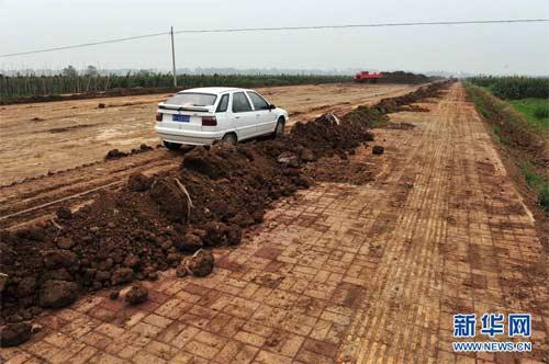 双沟工业园9号路人行道上的泥土已被搬走大部分