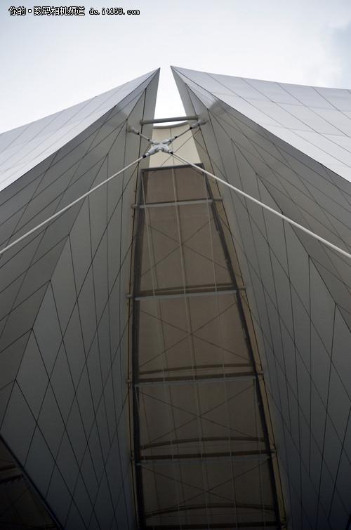 造型奇异的跳水馆采用尼康P500广角端拍摄