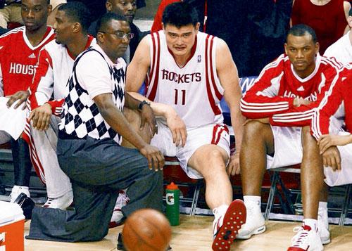 2009年5月9日,休斯顿火箭队主场对战洛杉矶湖人队,姚明伤后在场边观赛,此次受伤赛后诊断为骨裂,于是姚明开始了治疗与复赛的多次循环,直至最终退出NBA生涯。 图 REUTERS