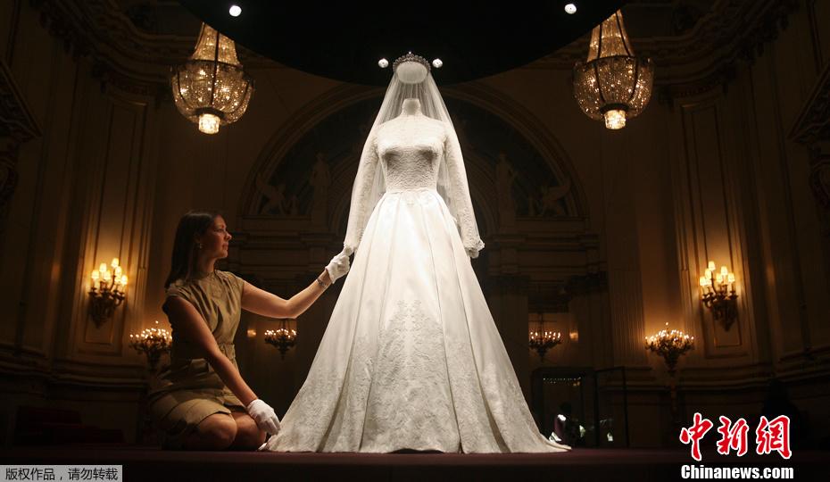 2011年7月20日,英国凯特王妃大婚时所穿的婚纱、婚鞋以及婚礼上所佩戴的首饰等物品将在位于伦敦的白金汉宫展出。