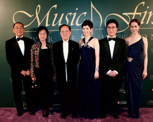 王幼伦与丈夫张力正出席公开场合与香港特首曾荫权伉俪、李家诚伉俪合影