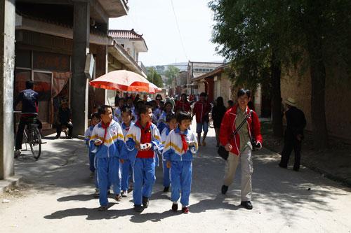 多媒体爱心课堂带领孩子们到牡丹园外拍